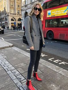 If you're looking for a new outfit to wear with your favorite black skinny jeans check out these stylish denim looks now. Black Skinnies, Ripped Jeggings, Ripped Skinny Jeans, Black Pants, Black Leggings, Outfit Jeans, Jean Jacket Outfits, Women's Jeans, Black Jeans Outfit Work