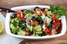 [Low Carb] Griechischer Salat mit Tomaten, Gurken, Oliven und Feta