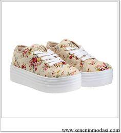 Çiçek desenli dolgu topuklu spor ayakkabı