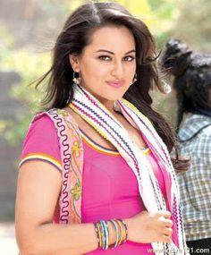 Sonakshi Sinha, Looks cute Beautiful Girl Indian, Most Beautiful Indian Actress, Beautiful Saree, Beautiful Actresses, Bollywood Saree, Bollywood Fashion, Bollywood Actress, Sonakshi Sinha Saree, Sonam Kapoor