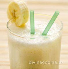 Este batido de plátano y caramelo puede prepararse también con miel si lo prefieres. Solo tenemos que sustituir las cucharadas de azúcar por miel y seguir la receta.