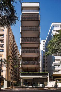 O edifício Itacolomi 445 é composto de um apartamento por andar, dúplex