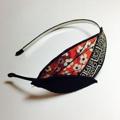 Serre-tête rétro plumes textiles en rouge, noir et blanc