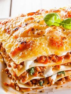 This easy meaty lasagna recipe features heavenly layers of tender lasagna noodles, a creamy ricotta mixture, and a zesty meat sauce. Italian Pasta, Italian Dishes, Meaty Lasagna, Vegetarian Lasagne, Traditional Lasagna, Bolognese Sauce, All I Ever Wanted, Easy Healthy Breakfast, Casserole Dishes