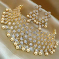 Wedding Jewellery Gold and Diamond - bridal jewelry set in gold and diamond with pearls Indian Jewelry Earrings, Indian Jewelry Sets, Jewelry Design Earrings, Antique Jewellery Designs, Fancy Jewellery, Designer Jewellery, Diamond Jewellery, Jewellery Display, Gold Wedding Jewelry
