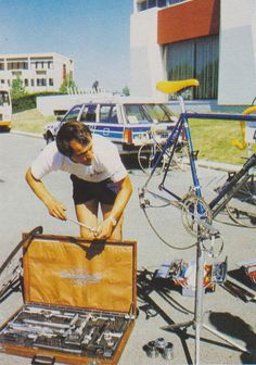A nice photo report about a Renault-Gitane bike mechanic …Campagnolo!