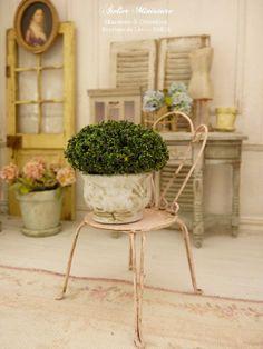 Topiaire miniature à la française dans un pot en terre cuite peint en bleu, Accessoire miniature pour maison ou jardin échelle 1/12 by AtelierMiniature on Etsy
