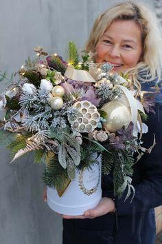 Christmas Flower Arrangements, Christmas Flowers, Christmas Table Decorations, Flower Decorations, Christmas Time, Floral Arrangements, Christmas Wreaths, Christmas Crafts, Floral Centerpieces