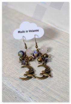 Des boucles d'oreilles couleur bronze vieilli, violet, bleu et blanc pour suspendre de la magie et de la féerie à vos oreilles !