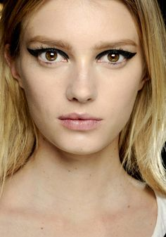 Sigrid Agren en backstage du défilé Lanvin automne-hiver 2012-2013 http://www.vogue.fr/beaute/tendance-des-podiums/diaporama/sigrid-agren-en-30-make-up/9211/image/562180#en-backstage-du-defile-lanvin-automne-hiver-2012-2013