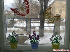 Induge in the beauty of Spring season with Easter Window decorations. Do window decorations for your home. Check out DIY Easter Window decorations here. Spring Home Decor, Spring Crafts, Easter Crafts To Make, Diy Osterschmuck, Easter Tree, Diy Easter Decorations, Happy Flowers, Window Art, Egg Decorating