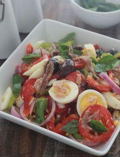 La salade niçoise est une salade colorée et équilibrée, composée de tomates, oignons, poivrons, thon, oeufs durs, olives et anchois. Un classique de la cuisine française
