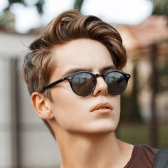 A wide variety of new hair trends for men emerging in In general, looks are getting longer and looser but some retro hairstyles are back in style. Fades are still going strong with all kinds zum Anprobieren 31 Cool Men's Hairstyles New Mens Haircuts, Mens Hairstyles 2018, Side Part Hairstyles, Cool Hairstyles For Men, Retro Hairstyles, Cool Haircuts, Hairstyles Haircuts, Straight Hairstyles, School Hairstyles