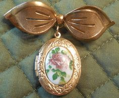 Bow Locket 2 1/8 Gold Tone Oval Locket with by ShellyisVintage #GotVintage  #Vintage  #Jewelry