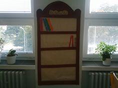 Třídní knihovnička - žáci si po přečtení knihy nalepí proužek = hřbet knihy s názvem Diy And Crafts, Bookcase, Classroom, Shelves, Alphabet, Teacher, Reading, Home Decor, Literatura