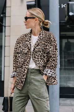 animal print outfits colored denim and animal prints Looks Style, Looks Cool, My Style, Cargo Pants Women, Pants For Women, Clothes For Women, Moda Fashion, Womens Fashion, Style Work