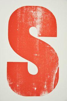 Gedruckt von einem 50 cm hohen Holzbuchstaben aus unserer Sammlung. Die sichtbare Holzmaserung gibt dem Druck einen ganz besonderen Charakter. /// Foto: Museum für Druckkunst Leipzig