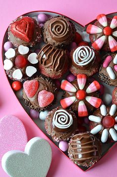 You won't believe how easy it is to decorate miniature cupcakes to look like a box of chocolates! A fun Valentine's gift for those who prefer cupcakes over chocolates. Valentine Chocolate, Love Chocolate, Chocolate Cupcakes, Mini Cupcakes, Cupcake Cakes, My Funny Valentine, Valentines Day Treats, Chocolates, Valentine's Day