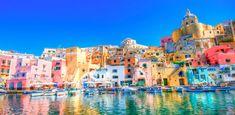 Procida, Italie Cette petite île foisonne de maisons colorées se reflétant dans le bleu vibrant de la mer Méditerranée.
