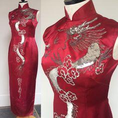 1960er Jahre Rote Satin Cheongsam Kleid. Größe S. von JaneVintageNY