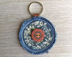 Art Cart, Diy Accessoires, Denim Crafts, Textiles, Diy Keychain, Family Crafts, Recycled Denim, Fabric Art, Needle And Thread