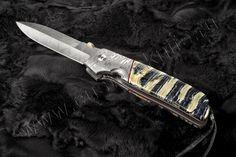 Нож ATCF DBT от Bob Terzuola. Обладатель такого ножа должен готовиться ловить на своем ноже завистливый взгляд окружающих. Очередной вариант ATCF, известный как ATCF DBT, поражает красотой и лоском. Это изящный и качественный продукт, собранный из дамасской стали, экзотичных накладок из окаменелого зуба мамонта. Наиболее выигрышно смотрится в моменты, когда от его поверхности отражается свет. Dbt