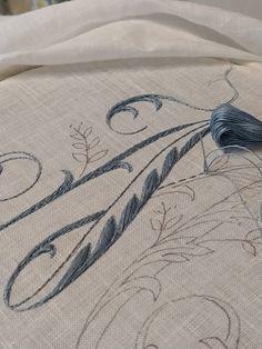 Elisabetta ricami a mano: Mi perdo, ma poi mi riprendo Rococo, Hand Embroidery, Diy And Crafts, Crochet, Couture, Alphabet, Dots, Monogram, Embroidery