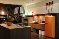 Uma cozinha bem regional com direito a frigorifico SMEG e tudo! Note o charme da adega, dos metais e dos tampos em vidro acetinado. Nem precisamos dizer que amamos a cor da frigorifico, não é?