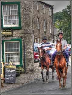 The main traffic through Middleham in the early morning are race horses being taken to the moors for their morning gallop. (Middleham is second only to Newmarket for race horse breeding.)