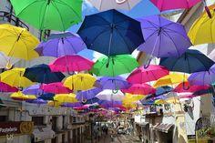 """Chegou aquela época do ano de novo! Uma nova cobertura de guarda-chuvas coloridos tomou conta das ruas de Águeda, em Portugal. Dois anos atrás, a fotógrafa Patrícia Almeida criou essa instalação para o Festim, festival de música da cidade portuguesa. A festa acontece todo ano no mês de julho, levando vários visitantes a Águeda.A nona...<br /><a class=""""more-link""""…"""