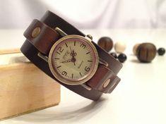 Retro cuero brazalete reloj cuero bronce antiguo pulsera reloj pulsera reloj Vintage cuero reloj cuero genuino marrón oscuro cuero He diseñado este reloj de estilo retro único abrigo por mí mismo. Es un nuevo y nunca se ha usado. Este reloj único se hace con una banda de cuero real, alta calidad y puede ser un regalo perfecto para una chica joven dulce. Se envuelve alrededor de su mano y le da una mirada hermosa de la moda. Cada reloj viene en una caja de papel de arte agradable, lista…