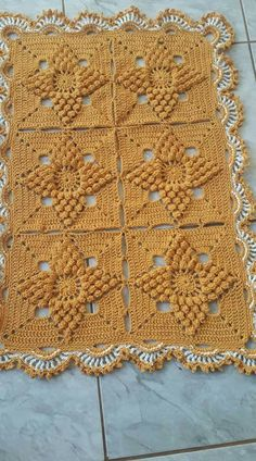 Sidney Artesanato: Moda Casa...tapetes. Crochet Bedspread Pattern, Crochet Square Patterns, Crochet Squares, Crochet Blanket Patterns, Crochet Motif, Puff Stitch Crochet, Crochet Stitches, Crochet Dollies, Crochet Tablecloth