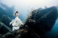 Benjamin Von Wong, un fotógrafo con sede en Montreal, es conocido por sus producciones complicadas y fantásticas imágenes, acaba de terminar una sesión de fotos bajo el agua extraordinariamente difícil con resultados absolutamente espectaculares.  Él y un equipo de buzos experimentados, los fotógrafos submarinos y apneístas creó  una sesión de fotos 25m bajo el mar en un naufragio hundido frente a la costa de Bali.