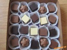 Domácí pralinky čokoláda, máslo,oříšky, kokos POSTUP PŘÍPRAVY Čokoládu rozpustíme v mikrovlnce a nalijeme do formiček na čokoládu, necháme zatuhnout , pak dáme náplň /napr.utřít máslo s cukrem, přidat oříšky, rum, kakao, nebo máslo s cukrem a kokos a dovnitř mandle/ a na náplň nalijeme čokoládu a necháme zuthnout.