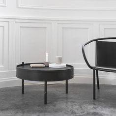 Menun Turning Table -sohvapöytä tarjoaa etevän keinon pitää olohuone siistinä: pöydän kääntyvän kannen alta paljastuvaan säilytyslokeroon voi piilottaa aikakauslehdet, kirjat tai vaikkapa keskeneräiset käsityöt. Pöydän materiaaleina käytettyjen puun ja kuparin yhdistelmä on kaunis ja ajankohtainen.