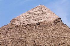 #Egito Pirâmide de Quéfren, a única que ainda conserva parte do revestimento de pedra calcária polida em seu topo