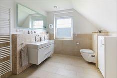 #Badezimmer mit #Doppelwaschbecken und #Toilette - ECO System HAUS