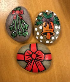 Happy 1st of December to my fellow rock painters #diy #diypresent #paintedrock #paintedstone #paintingrocks #paintingstones #art #paintedrocksofinstagram #paintedstonesofinstagram #malerpåsten #denmark #stoneart #rockart #posca #eddingspray #hobby #creativeliving #creative #panduro #interiordecor #hobby #paint #creativity #create #happy1stofdecember #december #mistletoe #christmasspirit
