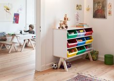 The top surface of the changing table becomes a children's craft table, while the lower section of the storage unit converts quickly into the legs of a bench, and the storage unit itself becomes a shelf unit. Just like in a real workshop. Everything is used, reused and, best of all, stowed away in the practical, colourful drawers. – ›Famille Garage‹ by Alexander Seifried #kidscollection #kidsfurniture #changingtable