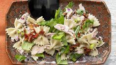 Super leichter Salat für jeden Anlass: Thunfisch-Nudelsalat mit getrockneten Tomaten und Rucola   http://eatsmarter.de/rezepte/thunfisch-nudelsalat