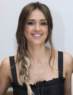 Jessica Alba Clicked at the LAs Finest Press Conference at the Four Seasons Hotel in Beverly Hills - Celebrity Photos Daily. Cabelo Jessica Alba, Jessica Alba Makeup, Jessica Alba Bangs, Jessica Alba Hairstyles, Oval Face Hairstyles, Summer Hairstyles, Necklace For Neckline, Golden Brown Hair Color, Gq