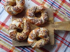 Bavorské pečivo so semiačkami - Sisters Bakery Bagel, Sisters, Bread, Recipes, Food, Breads, Baking, Meals, Eten