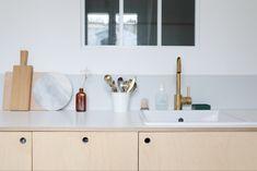 Comment réaliser une cuisine en contreplaqué// Hellø Blogzine blog deco & lifestyle www.hello-hello.fr Bathroom Vanity, Cuisine Ikea, Ikea, Interior Inspiration, Kitchen Interior, Kitchen, Living Spaces, Double Vanity, Home Decor