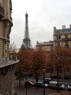 Paris in Autumn I took this on my walk from my apartment to the Eiffel tower this morning. Isn& Paris looking perfectly fall-like? Beautiful Paris, Most Beautiful Cities, Amazing Places, Monuments, Places To Travel, Places To See, Pont Paris, Montmartre Paris, Paris In Autumn
