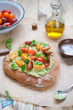 Orkiszowa focaccia z pesto i pomidorami