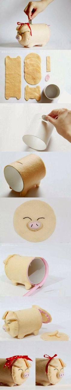 Hucha de cerdito con fieltro y rollo de papel higiénico