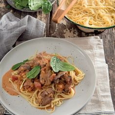 Romerige hoenderlewerpasta Chicken Recipes, Spaghetti, Pasta, Ethnic Recipes, Food, Bern, Essen, Meals, Yemek