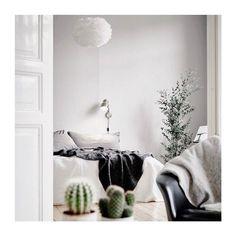 Notre gros plaid nous incite à faire une journée cocooning et vous ? :) #Eclipse_shoes #Goodmorning #weekend #instahome #sun #instamoment #instadaily #instagood #fashionblogger #fashionblogging #coffetime #minimalist #ootd #vscocam #filmisnotdead #filmphotography #homedesign #instabreak #style #stylish #minimalism #bed #design #lifestyle #decor #chic #cocooning #homedecor #natural #vegetal