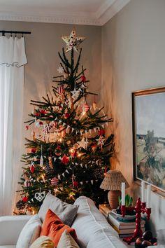 Advent & julgranen har flyttat in (Sebastian Bergström) Christmas Feeling, All Things Christmas, White Mantel, Mini Bunting, Paper Tree, Bottle Brush Trees, Cozy Corner, Winter Time, Christmas Traditions