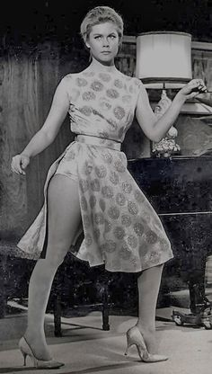 """Elizabeth Montgomery with a """"bewitching"""" visible panty line. Agnes Moorehead, Vintage Hollywood, Classic Hollywood, Divas, Bewitched Elizabeth Montgomery, Barbara Eden, Films Cinema, Jean Harlow, Actrices Hollywood"""